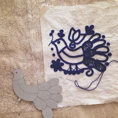 モチーフを少しずつ描きたしながらここまできました。 図案はここで完成!として、後は孔雀の体と羽根を刺繍していきます。 * 下に敷いてる…