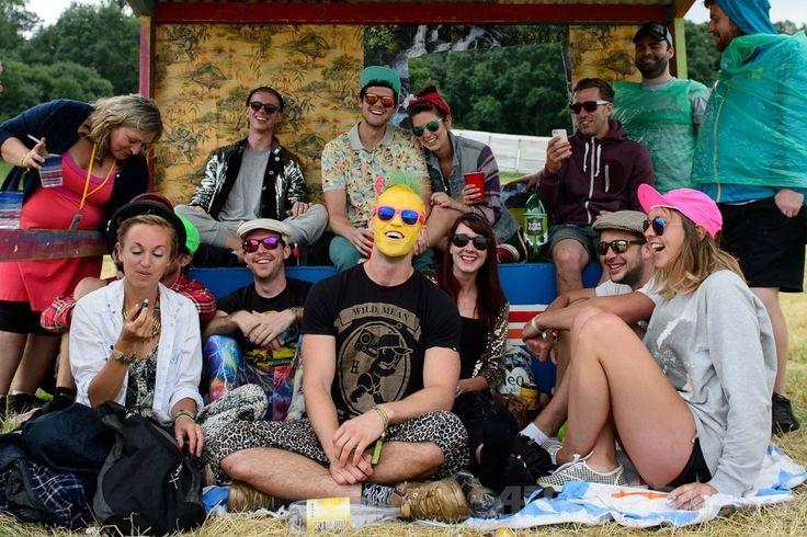 英南西部サマセット(Somerset)州ピルトン(Pilton)で開幕した世界最大級の野外音楽祭典「グラストンベリー・フェスティバル(Glastonbury Festival)」の会場で雨をしのぐ参加者たち(2014年6月26日撮影)。(c)AFP/LEON NEAL ▼27Jun2014AFP|世界最大の英野外音楽祭「グラストンベリー」が開幕 http://www.afpbb.com/articles/-/3018900 #Glastonbury_Festival