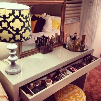 meuble coiffeuse beaute moderne avec miroir et rangements #inspiration #coin #beauté #maquillage #rangement #coiffeuse