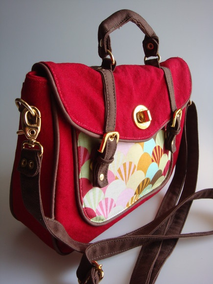 Bolsa feita de lona com bolso frontal, bolso de zíper na parte de trás e internamente R$95,00