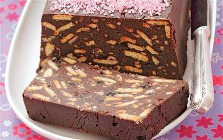 Торт без выпечки в разрезе на тарелке