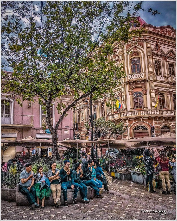 Al pasar por la Plaza del Carmen me encontré con esta escena y pude captar a toda una familia degustando un delicioso helado  Serie #people [91/365] #Cuenca #Ecuador #AllYouNeedIsEcuador #iPhoneonly #ProyectoEcuador2017 #helado
