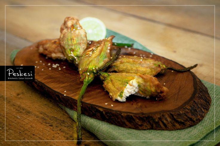 Αυτόν τον καιρό είναι η εποχή που ανθίζουν οι κολοκυθιές και με τα #άνθη τους φτιάχνουμε #κολοκυθοανθούς γεμιστούς με μυζήθρα! Αγαπημένη συνταγή της κρητικής παραδοσιακής κουζίνας, γευστικότατη και προπαντός υγιεινή!