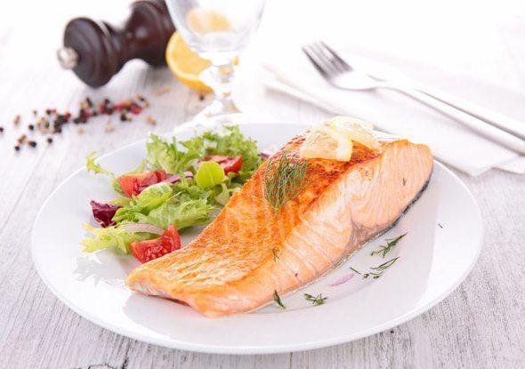 طريقة عمل سمك السلمون في الفرن سمك السلمون في الفرن وجبة لذيذة ومغذية حيث يحتوي سلمون على جميع العناصر الغذائ Fruit And Vegetable Diet Vegetable Diet Fish Diet