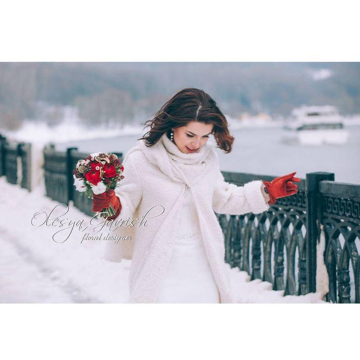 Зимняя история Аси и Евгения.  Что согревает на морозе? Любовь, хорошее настроение и нотки глинтвейна в букете)  Фото - любимая @komarovaart   Образ - чудесная @irina_vindelle   Флористика - @olesya_gavrish   #olesyagavrishflowers #букетневесты #свадебныйбукет #bridalbouquet #weddingbouquet #красныйбукет #ранункулюсы #хлопок #winterwedding #weddingday #невеста #зимнийбукет #wedding #weddingflowers #weddinginspiration #свадьба #свадебныйфлорист #wed #inspiration #instawedding #weddingideas…