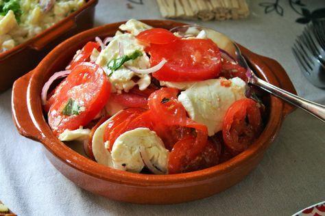 Frisse tapa voor aankomend warm weekend. Zomerse Spaanse tomaten salade met mozzarella, knoflook, uienringen, olijfolie en basilicum blaadjes - tapasfeestje - mels Feestje