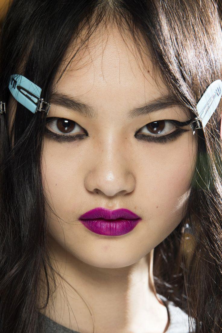 Topshop Unique se při vytváření make-upu pro podzimní přehlídkové molo pustil do zvýraznění očí i rtů.