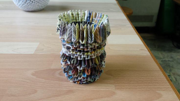 vasetto origami 3d con carta da rivista visto da un altro punto di vista.