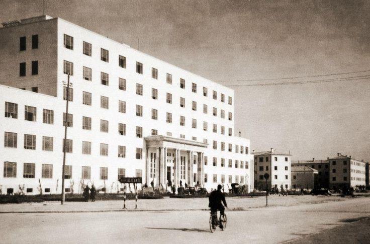 nuevo Hospital Provincial 1950.(el viejo hospital de San Juan de Dios del S. XVII fue derribado para construir la nueva diputación y el gobierno civil. Se salvó la iglesia de San Juan de Dios)