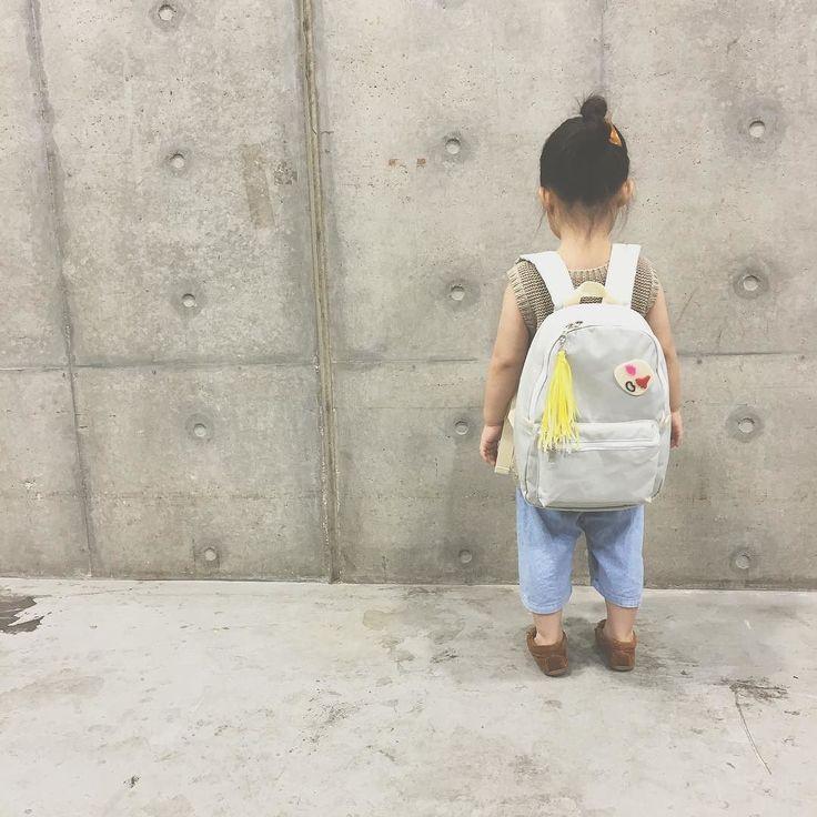 beret bo taro  DAY PACK  3歳の娘が 背負った感じです  シンプルなデザインなのでカスタマイズしてもまとまりますよ  娘の好きなブローチをつけて  #beretbotaro #キッズリュック #保育園準備 #幼稚園準備 #2歳 #3歳 #4歳 #5歳