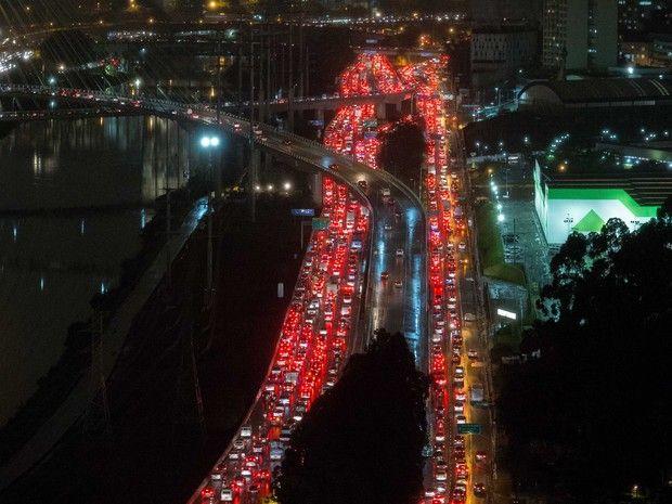 Motoristas enfrentam trânsito na Marginal Pinheiros (Foto: Daniel Teixeira/Estadão Conteúdo)