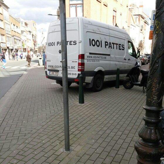 """Cette camionette devait déjà avoir 1001 cloques à ses """"1001 Pattes""""... Coin de l'avenue Georges Henri et de la rue du Menuisier à 1200 Bruxelles. Le 31 mars 2015"""