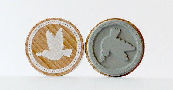 1 sello de madera redondo con motivo Paloma de la paz El precio es por 1 sello Tamaño/peso CA 3, 2cm de diámetro