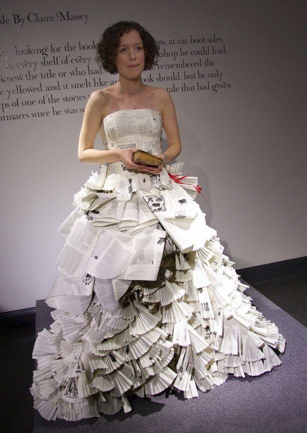 by Carrie Ann Carrie Ann Schumacher maakte bijvoorbeeld een jurk aan de hand van 2500 bladzijden uit meerdere kopies van het boek 'Angela Carter's Book of Fairy Tales'.