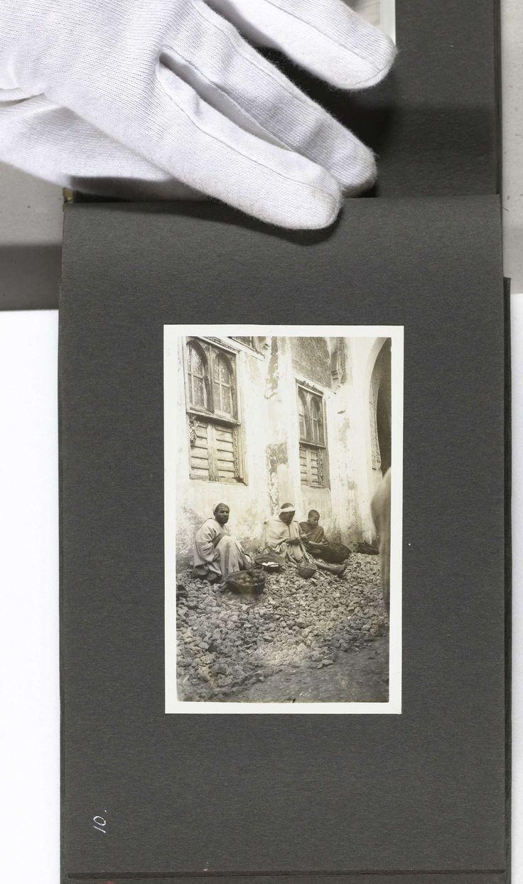 A.G.A. van Eelde | Drie Marokkaanse mannen zittend langs een weg in de souks, Fez, A.G.A. van Eelde, 1925 |