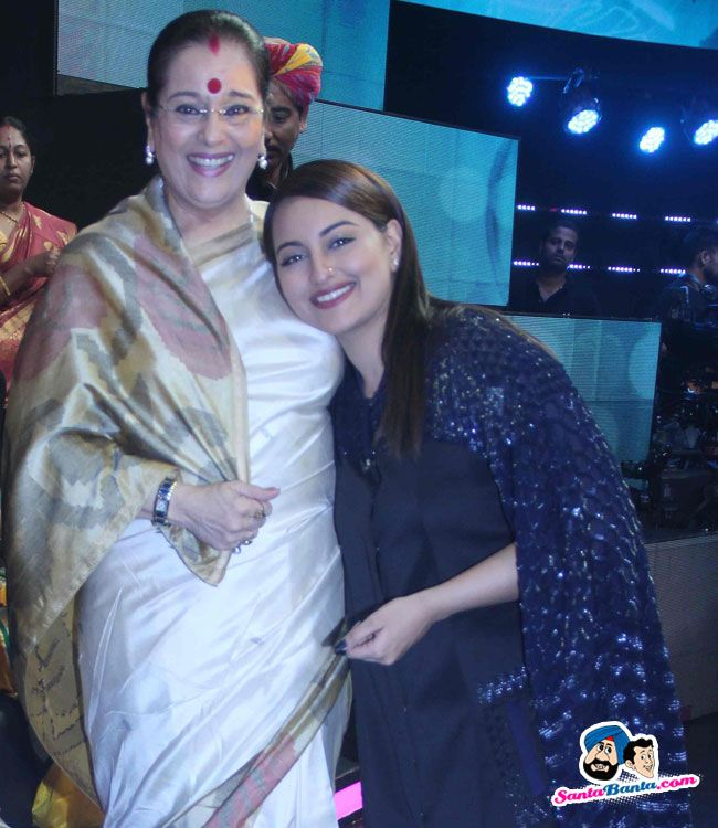 Phantom Promotion on Indian Idol Junior -- Poonam Sinha and Sonakshi Sinha Picture # 314570