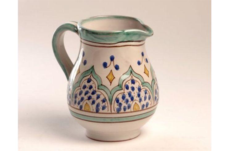 Vasija para servir leche, cerámica andalusí, color verde Las lecheras Al-yarrar están elaboradas por artesanos procedentes de Granada que han recreado las antiguas técnicas de alfarería de la época hispano musulmana, color verde. Dos tamaños: pequeña: capacidad de 2 tazas: 22€ grande: capacidad de 6 tazas: 32€