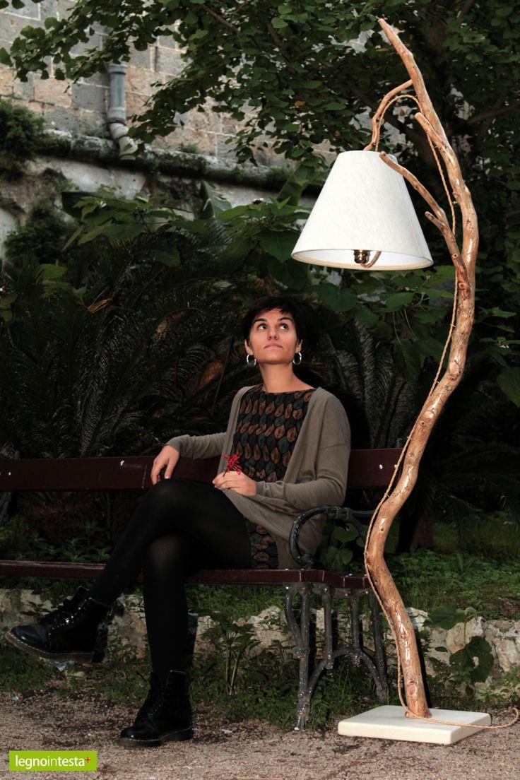 """""""Tatuata"""": lampada artigianale in legno di mare con base in pietra leccese sagomata a scalpello e paralume rivestito di tessuto."""