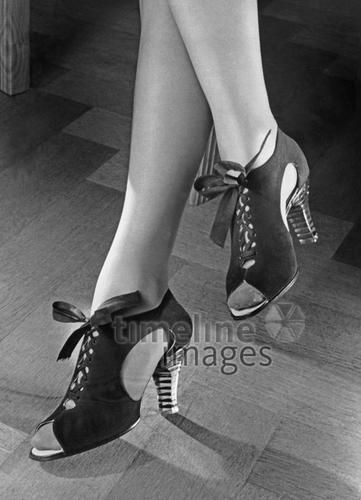 Schuhmode, 1941 Timeline Classics/Timeline Images #40er #black #white #schwarz #weiß #Fotografie #photography #historisch #historical #traditional #traditionell #retro #vintage #nostalgic #Nostalgie #Schuhe #shoes #Schuhmode #Damenschuh #Frauenschuh #Damenmode #Frauenmode #Stil