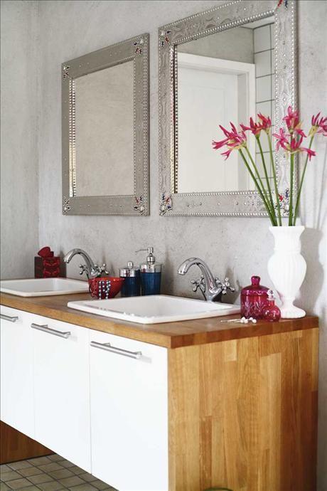 På den putsade betongväggen sitter speglar med orientaliskt uttryck, ur ett utgånget sortiment från...
