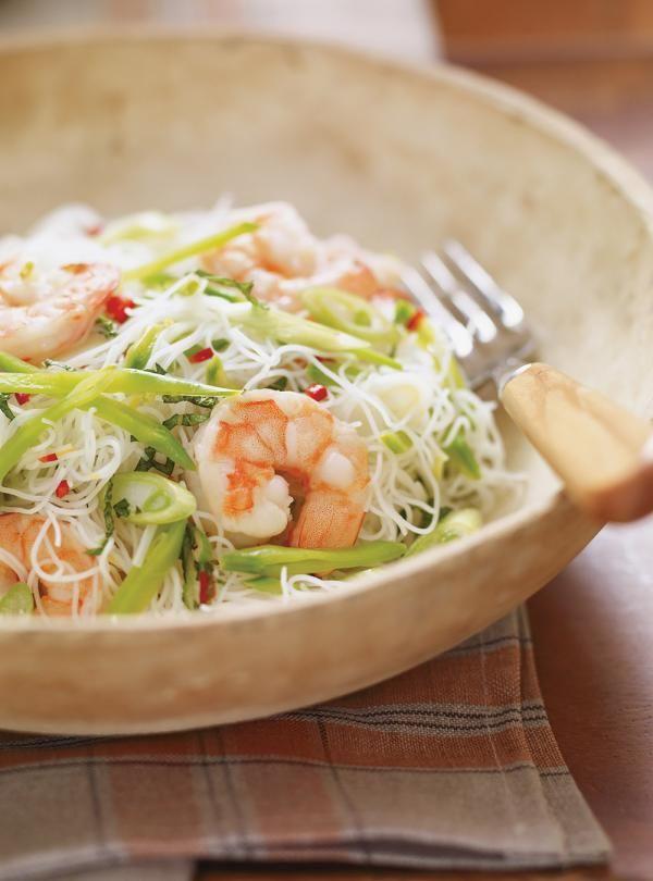 Recette Ricardo: Vermicelles froids et piquants aux crevettes. Ingrédients: crevettes, pois mange-tout, vermicelles de riz, oignons verts, piment cerise, menthe fraîche...