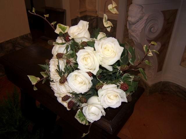 http://www.eleonoratonieventi.it  Bouquet di Rose Bianche, Edera, More  Bouquet of white Roses, Ivy, Blackberries  info@eleonoratonieventi.it  cell.340-42.70.923