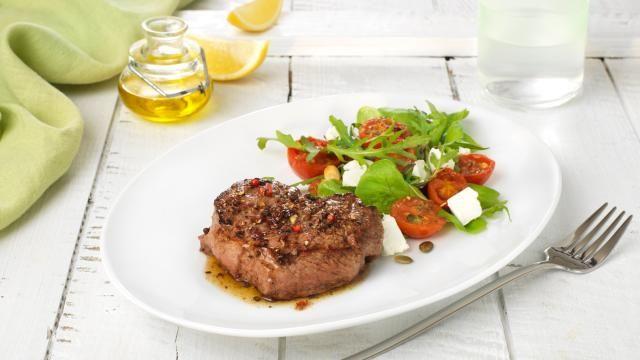 Oppskrift på Pepperbiff med lun tomat og chevresalat, foto: