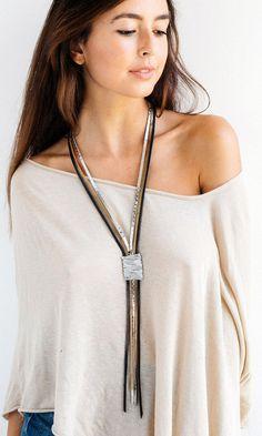 He encontrado este interesante anuncio de Etsy en https://www.etsy.com/es/listing/244284390/statement-necklace-leather-necklace-long
