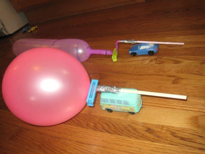 Lo que necesitas: automóviles de juguete, globos, pajillas, clavijas, cinta adhesiva.Añade un elemento competitivo haciendo correr a tus automóviles con propulsión a globos.