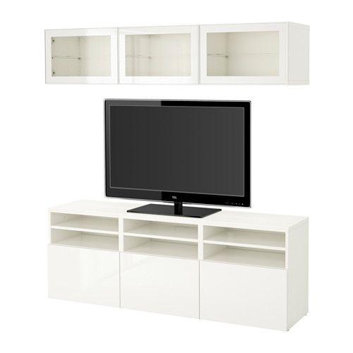 IKEA - BESTÅ, Combinazione TV/ante a vetro, guida cassetto/apertura a pressione, bianco/Selsviken lucido/vetro trasparente bianco, , Cassetti e ante sono dotati di apertura a pressione, così non hai bisogno di maniglie o pomelli: basta premere leggermente per aprirli.Questa combinazione TV ti offre tanto spazio, così è più facile tenere in ordine il soggiorno.I pensili salvaspazio ti permettono di sfruttare al meglio lo spazio sopra la TV.È facile tenere i cavi della TV e degli altri…