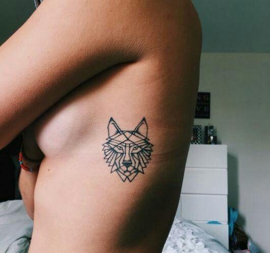 Pin de Melina Gomez em Ideias de tatuagens em 2020 | Tatuagem lobo simples, Tatuagens na caixa torácica, Tatuagem geométrica