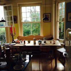 Fönster, kökssoffa, ljus, mot trädgård, lätt gul väggfärg