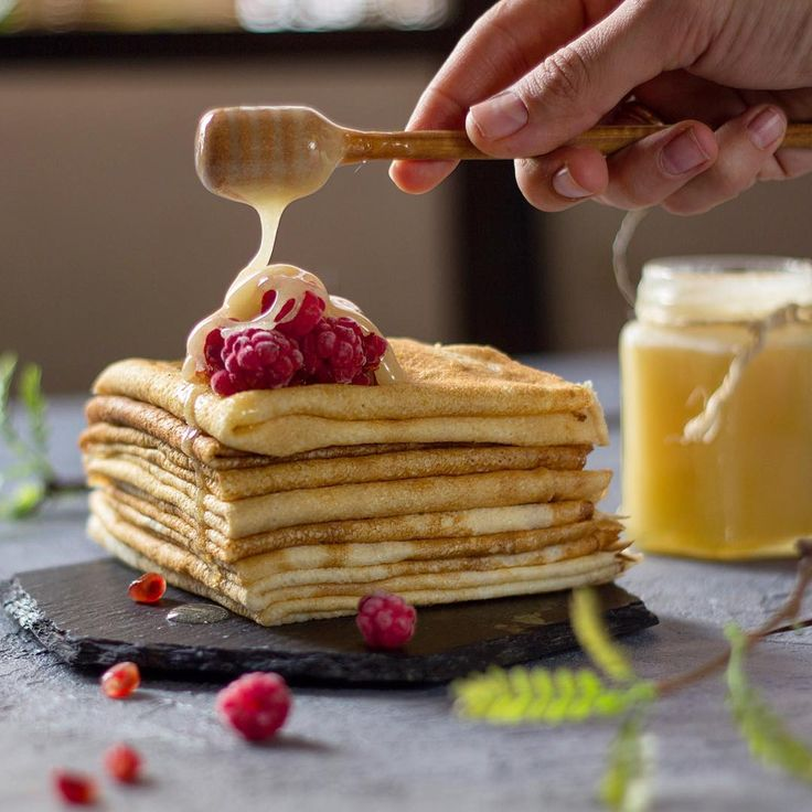 3,793 отметок «Нравится», 77 комментариев — Darya Bliznyuk (@zhabcka) в Instagram: «*** Russian pancakes with raspberries and honey... ....Hello, Spring!🌿*** ...как у нас сказочно на…»