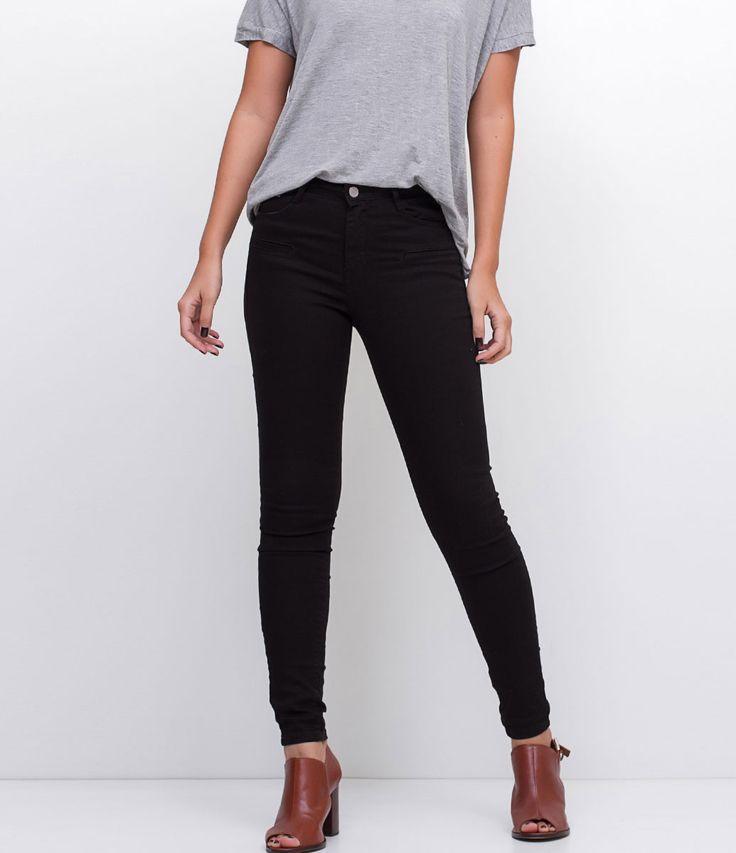 Calça feminina Modelo Skinny Super elástica Marca: Marfinno Tecido: Sarja Modelo veste tamanho: 36 PP = 36 P = 38/40 M = 42/44 G = 46/48 Veja outras opções de calças jeans . Calça Jeans Feminina - Skinny A calça skinny é um modelo que caiu no gosto de todas as mulheres, afinal, ela fica bem em todos os tipos de corpos e combina com tudo que é roupa. Mas lembre-se sempre da regra de ouro para compôr looks com esse tipo de calça: c...