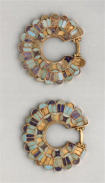 Earrings decorated with cloisonné from the Susa acropolis around 400 BC. Gold , lapis lazuli , turquoise. Achaemenid Persian period (Iran). | Louvre Museum