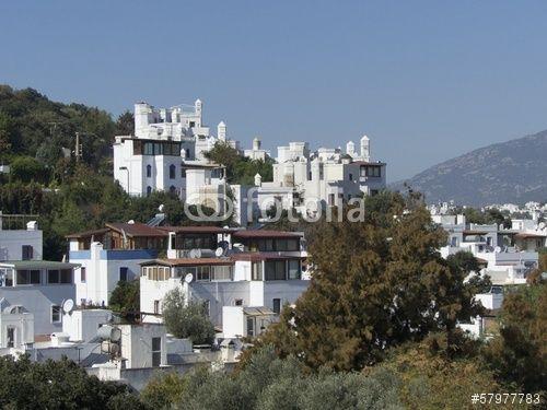 Weiße Villen und schöne Ferienhäuser an den Berghängen in Bodrum an der Ägäis in der Türkei