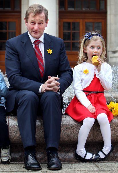 Catégorie Politique, 1er prix, Steve Humphreys (Irish Independent).  Stupéfaite au Premier Chef.    Ali Skehan, 6 ans, du quartier de Donnybrook ne peut plus garder sa contenance alors qu'elle se trouve assise à côté du Chef du Gouvernement, Enda Kenny, lors du lancement du Daffodil Day.