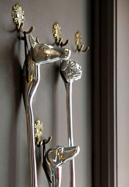 Elegancki i stylowy przedpokój: metalowa  łyżka do butów z głową konia. Do kupienia tutaj: http://www.hamptons.pl/produkty/lyzka-do-butow-horse/3497/