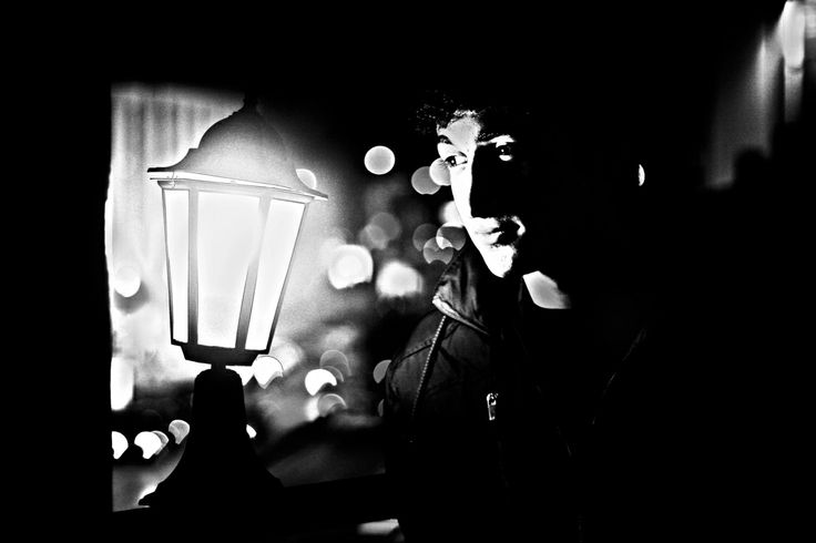 Lambaya bakan adam siyah beyaz.