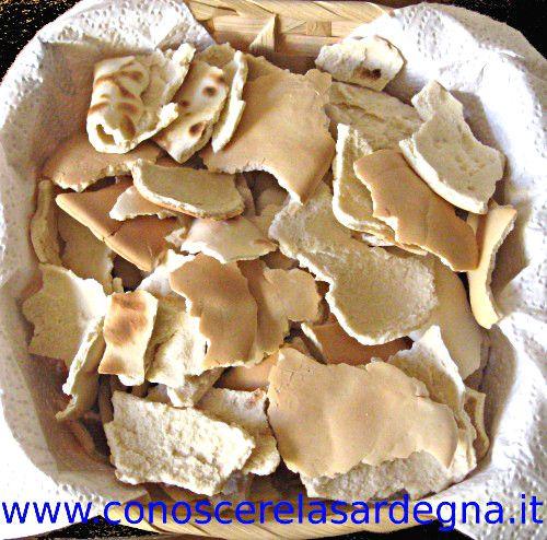 ZIKKI - Il pane Zikki è un antico pane di grano duro, a forma spianata, morbida, molto lavorata, così che la pasta rimane liscissima e molto compatta, si prepara con brodo di carne, pecorino fresco e pecorino grattugiato. Lo zicchi è il pane tipico di Bonorva. E' simile alla spianata ma ha uno spessore maggiore. Se è morbido si mangia come il pane normale, duro viene cotto. E' il pane dei pastori per eccelenza, perchè si mantiene morbido anche una settimana e quando si indurisce può essere…