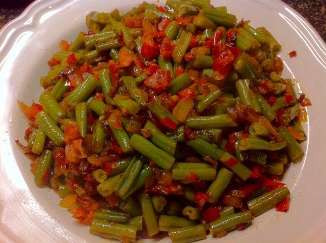 Lekker pittig en gezond, de pittige sperzieboontjes met spekjes, paprika en ui. Tijd: 20-30 min. Personen: circa 4 Benodigdheden: 500 gram sperziebonen 100 gram gesneden mager ontbijtspek 1 rode paprika 1 wit uitje (eventueel) Spaans pepertje Bereidingswijze: Begin met het opzetten van een pan water, snijd en kook de sperziebonen in ongeveer 10 minuten beetgaar,...Lees Meer »