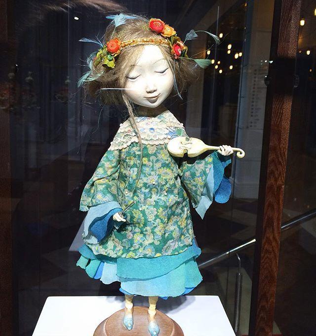 Даши Намдаков  и его «Ульгер» это что-то восхитительное и уникальное наверное у всех кто посетил выставку есть теперь своя любимая кукла.... У меня точно есть) смотришь и она вот-вот вскинет смычок и начнёт играть #vbgallery #галереябронштейна #побеготхандры #настроениевесна #ульгер #ДашиНамдаков