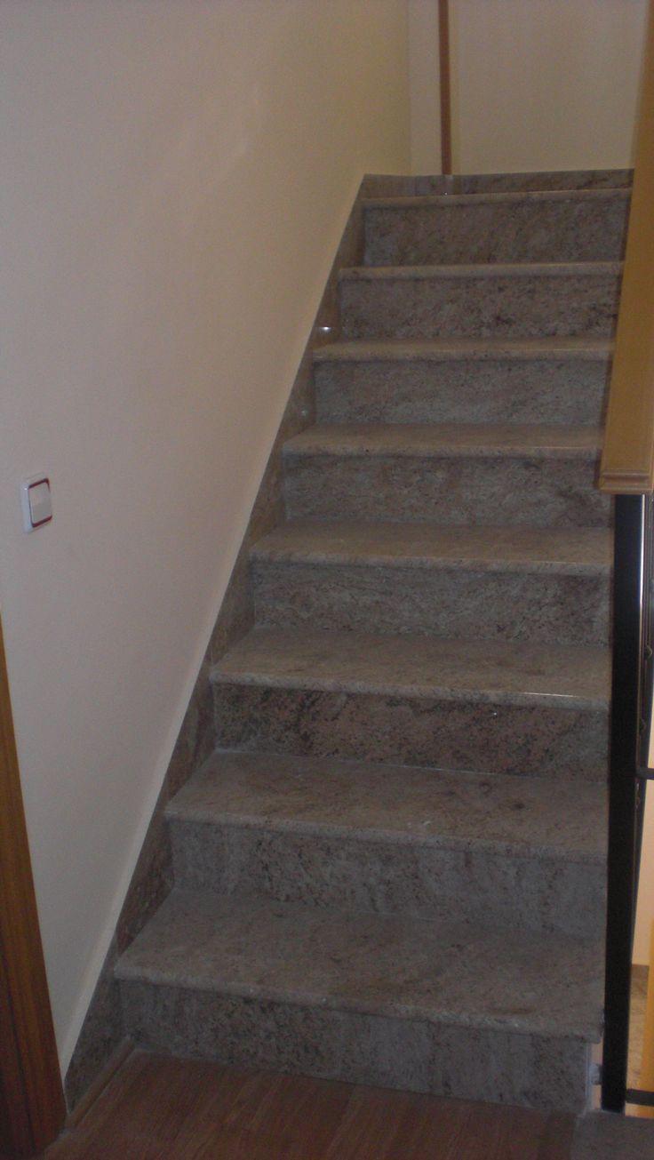 escalera de granito multicolor con canto redondo