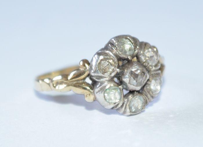 Online veilinghuis Catawiki: Geelgouden antieke ring met zilveren zetting bezet met 7 roosgeslepen diamanten