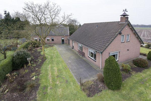 Koekelberg 1A Ulvenhout. an de rand van Ulvenhout gelegen met vrij uitzicht over de landerijen, vrijstaande semi bungalow met riante schuur/werkplaats. De woning beschikt op de begane grond over een doorzon woonkamer, woon-/eetkeuken, badkamer en slaapkamer, de eerste verdieping telt een tweetal slaapkamers. De woning is vrij gelegen met tuin rondom en meerdere weilanden op een totaal perceel van ca. 6.600 m2.