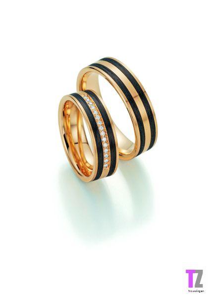 Trouwringen in apricot goud ingelegd met carbon. De damesring is vzv 15 briljant geslepen diamanten.
