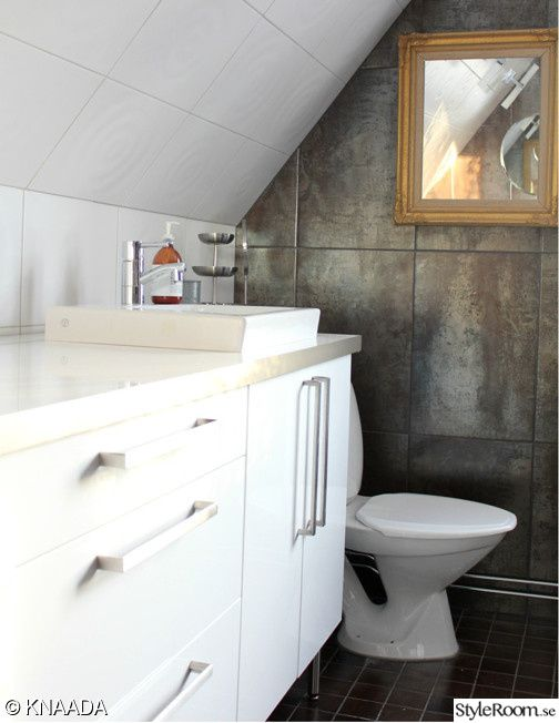 badrum,toalett,handfat,tvättstuga,badrumsinredning,kakel,klinkers,rost,vitt kakel
