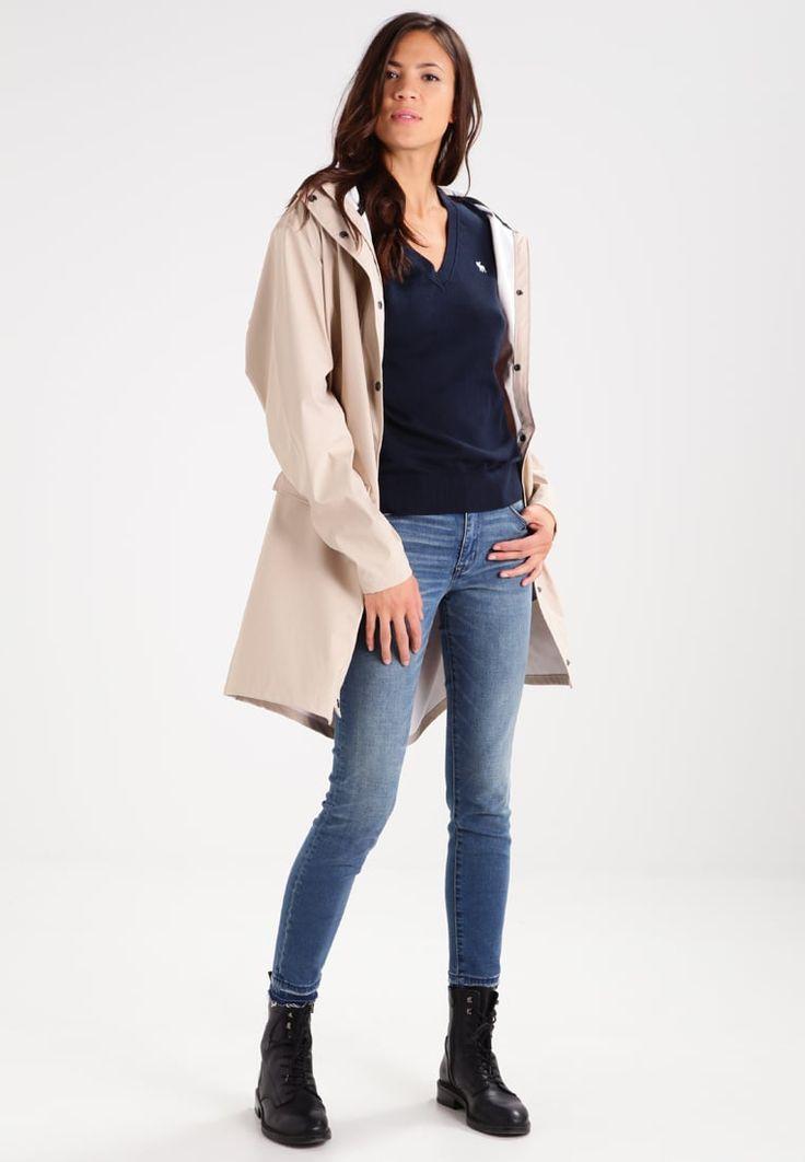 ¡Consigue este tipo de jersey de punto de Abercrombie & Fitch ahora! Haz clic para ver los detalles. Envíos gratis a toda España. Abercrombie & Fitch MOOSE Jersey de punto navy: Abercrombie & Fitch MOOSE Jersey de punto navy Ropa     Material exterior: 90% algodón, 5% lana, 5% seda   Ropa ¡Haz tu pedido   y disfruta de gastos de enví-o gratuitos! (jersey de punto, pullover, lana, knitted, cotton, knit, knits, stitch, cashmere, knitwear, strickpullover, jersey tejido, jersey au tricot, j...