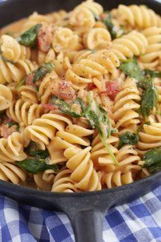 Ein super leckeres Nudelrezept wärmt das Herz! Cremige Spinat-Tomaten Nudeln