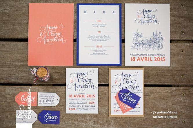 Faire-part de mariage bleu marine et corail. Calligraphie. Wedding invitation blue and pink. Lettering. Kraft. Réalisé par / Made by Les crâneuses - Wedding design.